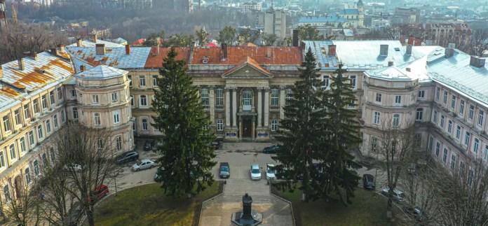 Головний корпус Львівської обласної клінічної лікарні. Фото із дрона. 2021 р.