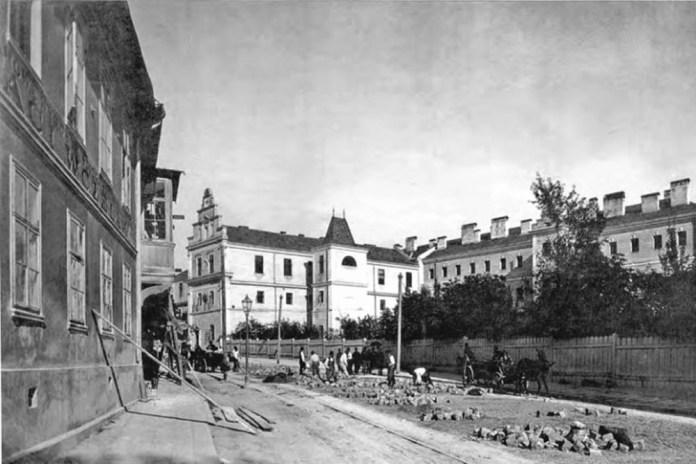Костел Св. Лаврентія і будівлі військового шпиталю. Фото 1894 року