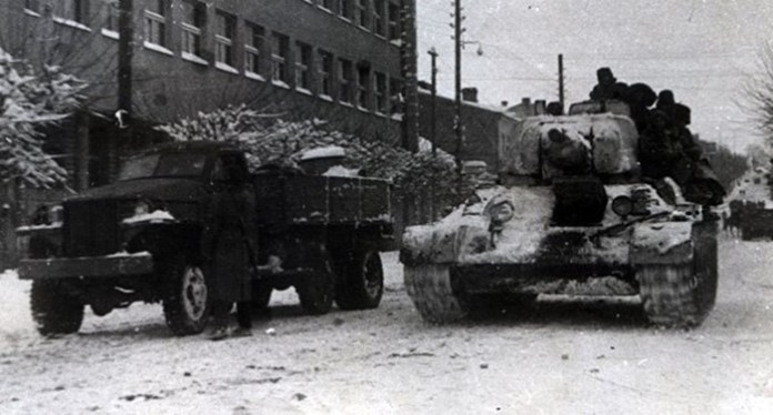 Радянська військова техніка біля головпоштамта у Рівному