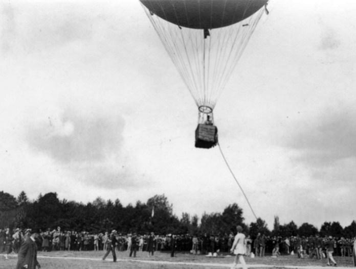 Старт повітряної кулі у Львові, тер. нин. Стрийського парку, фото 1910 року