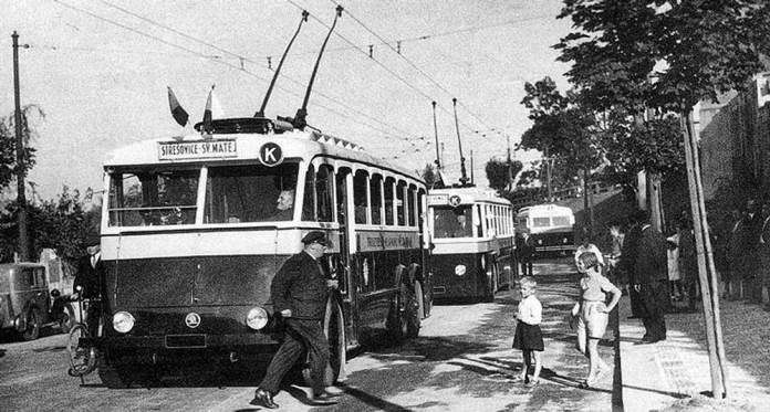 Відкриття тролейбусного руху в Празі у 1936 році. На передньому плані – тролейбус «Škoda 1Tr» у лівосторонньому виконанні. Фото 1936 року