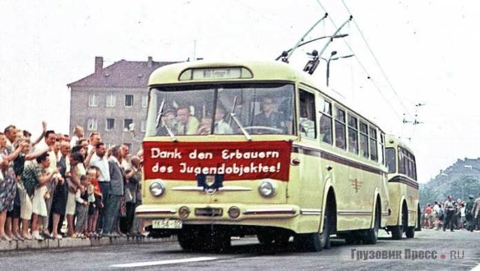 Тролейбус «Škoda 9Tr» із причіпом у місті Дрездені (НДР). Фото 1964 року