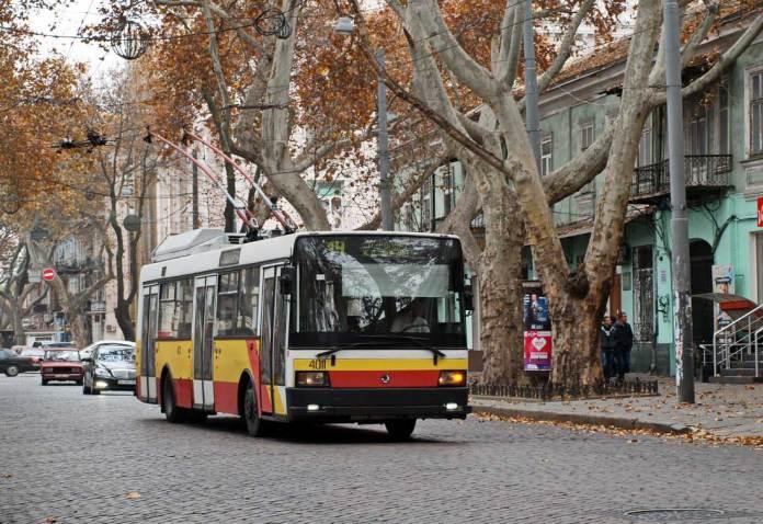 Чеський низькопідлоговий тролейбус «Škoda 21Тr» в Одесі. Автор фото – Олександр Вельможко. Фото 2014 року
