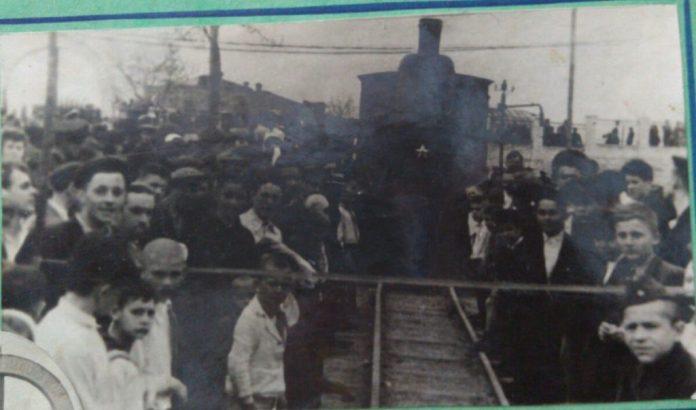 Перший потяг готується перетнути стрічку під час відкриття дороги