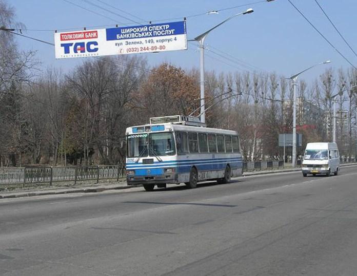 Тролейбус ЛАЗ-52522 № 006, виготовлений у 1995 р. Ця машина пропрацювала 18 років – до 2013 р. Тролейбус № 006 проходив заводський капремонт на ЛАЗі. Фото 2005 р. Автор – Євген Гура