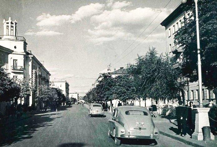 """Праворуч-""""обкомівський"""" будинок, 1950-і роки"""