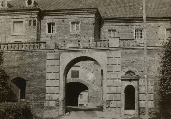 Олика, замок, вхід. Фото 1910-1920 роки