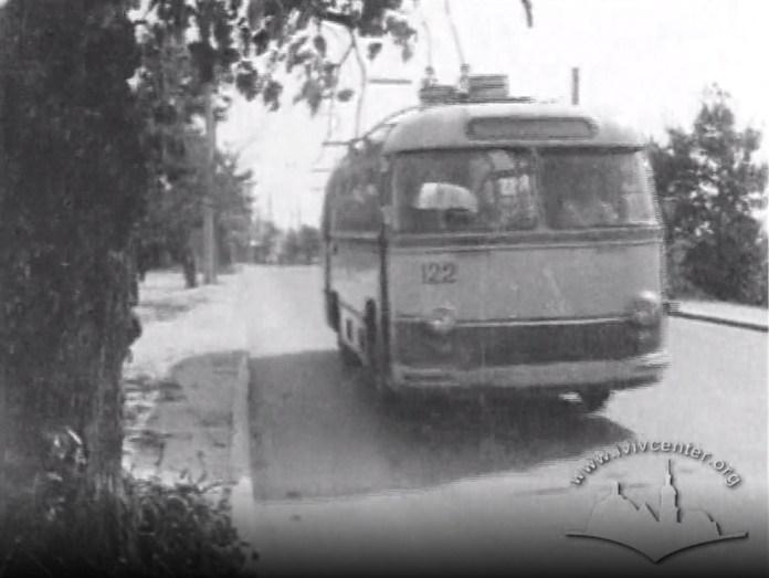 Тролейбус ЛАЗ-695Т з інв. № 122 працює на тролейбусному маршруті № 8 на вулиці Зеленій у Львові. 1964 р. Скріншот із відео
