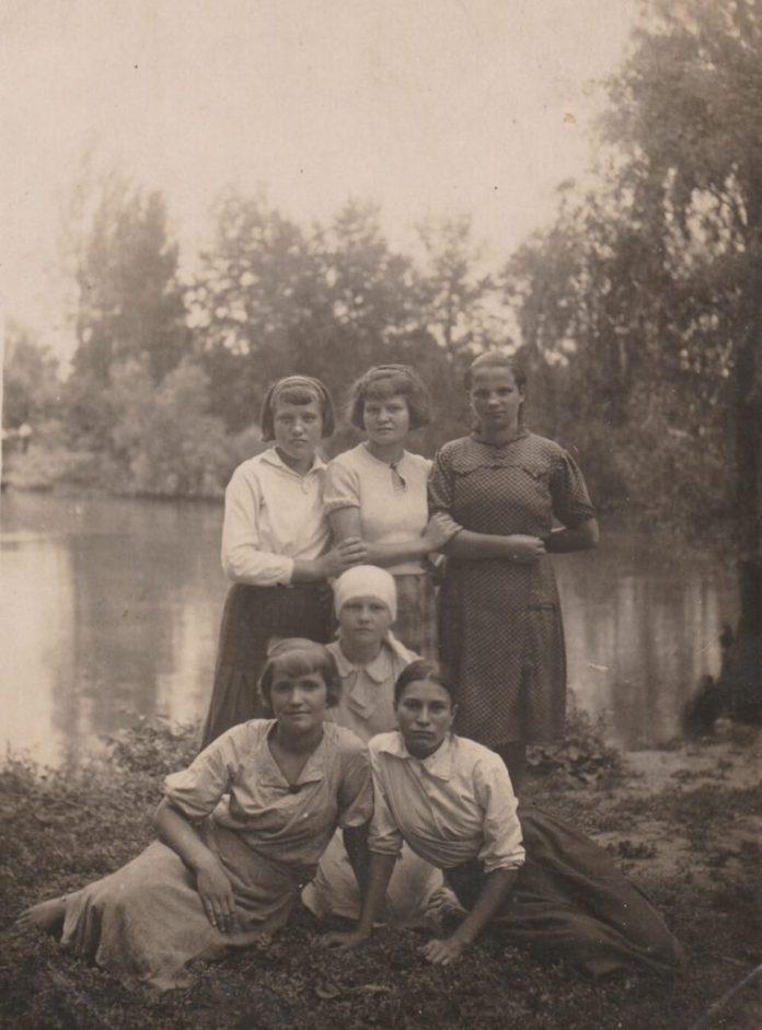 Зося (сидить зліва) з подругами в м. Кам'янське, 1930-і роки