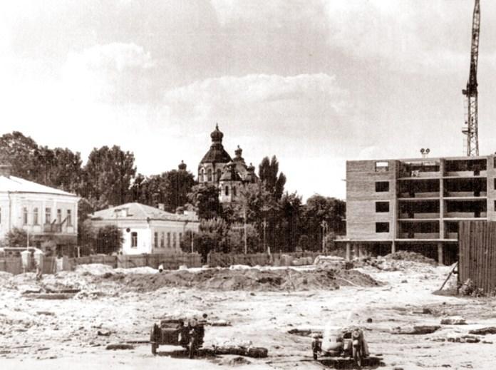 Будується майбутня площа ім. Леніна. Тут вождя поставлять, тут і скинуть