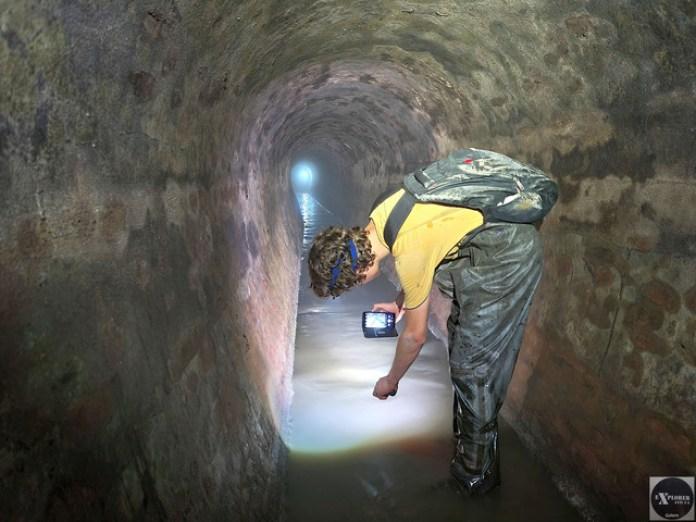 Влад побіг вперед старий великим тунелем