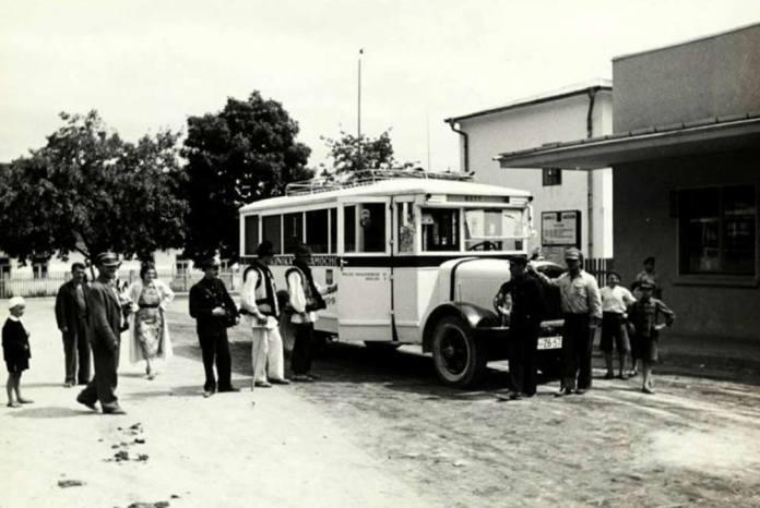 Міжміський автобус, який курсував у Кути. Фото 1930-х рр. із колекції Гриця Совківа