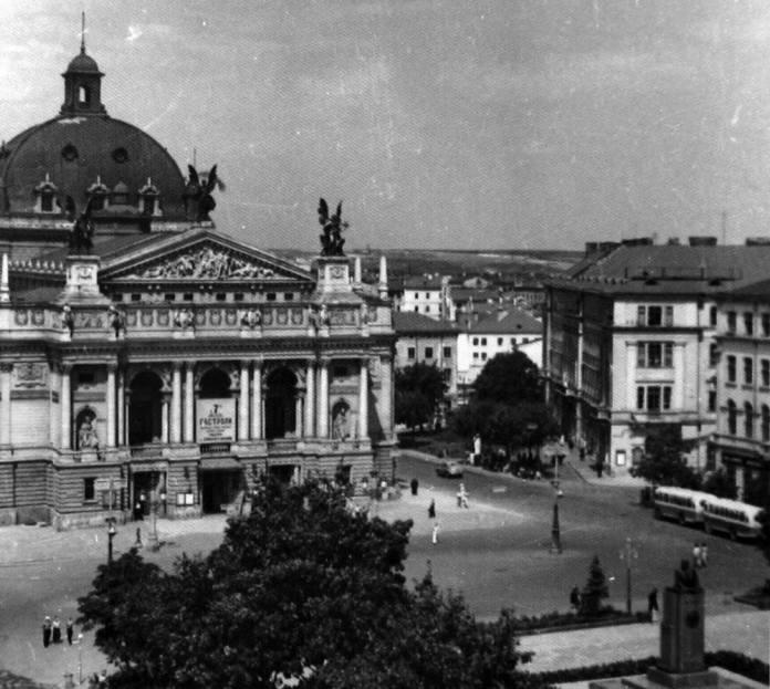 Автобуси ЗіС-155 на кінцевій зупинці біля Оперного театру. 1950-ті рр.