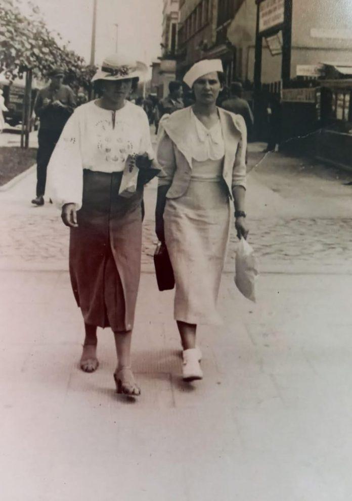 Ніна Негребецька (праворуч) з подругою на вулиці 3-го Мая (тепер Соборна) у Рівному