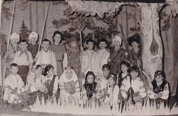 Людмила Негребецька з учнями Тучинської школи-інтернату під час підготовки до новорічних свят, 1960-і роки