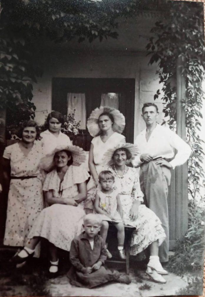 Родина Негребецьких біля свого будинку на вулиці Житній, 1930-і роки