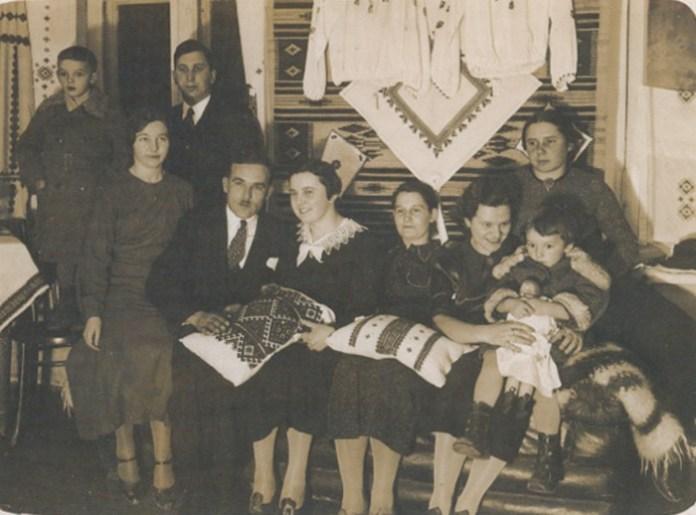 """Світлиця """"Союзу українок"""" (третя праворуч – Ніна Негребецька), 1930-і роки"""
