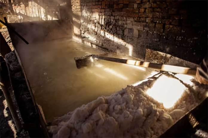 Виварювання солі теперішній час, технологія практично не змінилася з 14 століття.