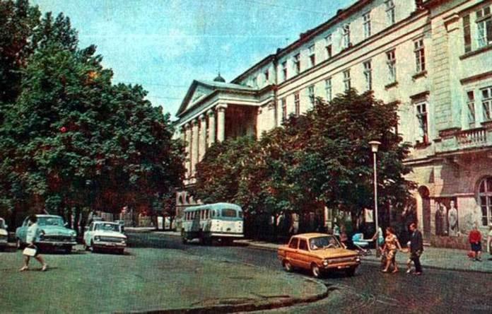 Автобус ЗіЛ-158 (ЛіАЗ-158) біля театру ім. Марії Заньковецької. Фото кінця 1960-х рр.
