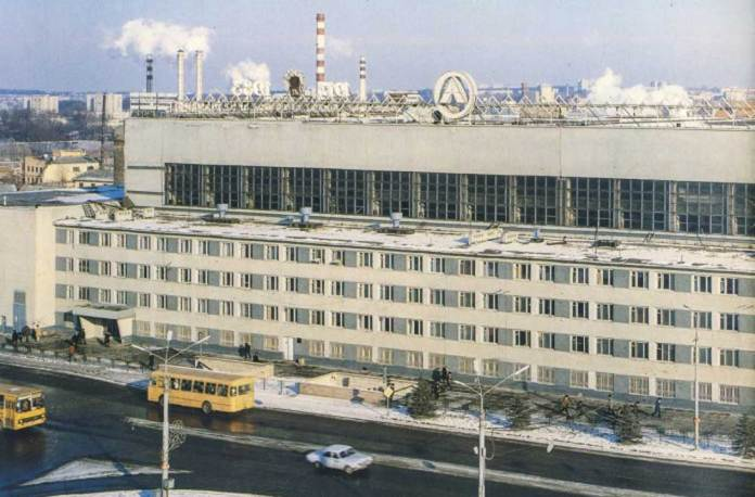 Вулиця Стрийська, один із корпусів Львівського автобусного заводу. На фото видно частину автобусу «Ikarus 260» та автобус ЛіАЗ-677М. Світлина другої половини 1980-х рр.