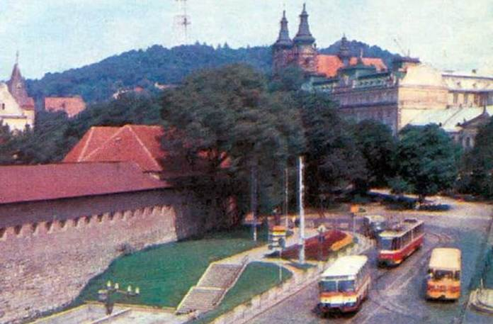 Автобуси ЛіАЗ-677 та трамвай «Tatra KT4SU» на пл. Радянській (Митній). 1985 р.