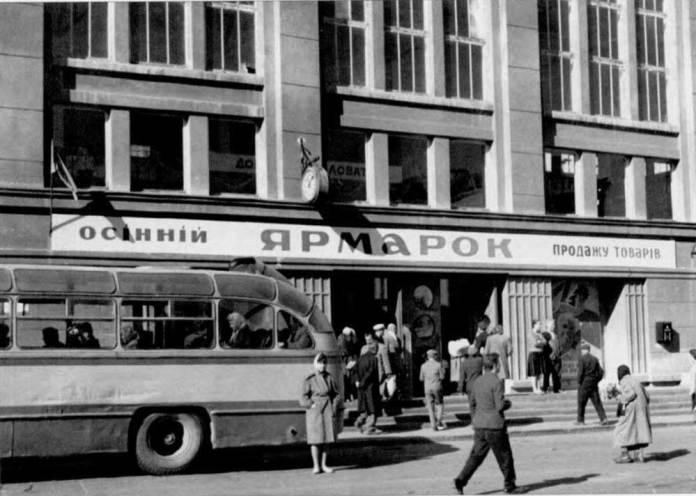На першому поверсі критого Краківського ринку у 1960-1980-ті рр. містилася автостанція № 4 Яворівського напрямку. На фото бачимо задню частину автобуса ЛАЗ-695Б