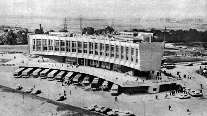 Автовокзал «Львів». Вигляд із висоти пташиного польоту на криті посадочні платформи. Світлина середини 1980-х рр.