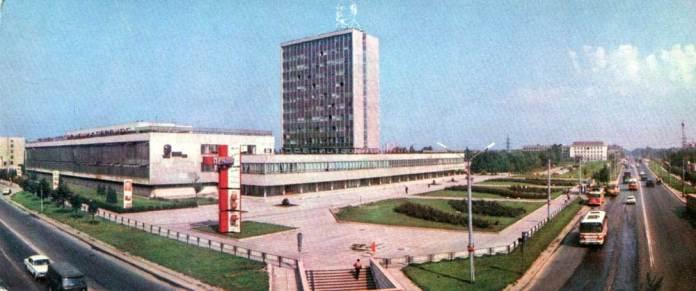 Вигляд на поліграфкомбінат «Вільна Україна». На вул. Стрийській можна побачити автобуси ЛАЗ-699Р та ЛіАЗ-677 та тролейбуси «Skoda 9Tr», 1980-ті рр.
