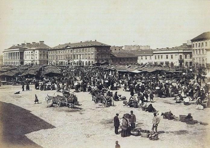 Торги на площі Залізної Брами у Варшаві. У глибині фото, ліворуч, видно вже перебудований палац Любомирських. Фото 1894 року