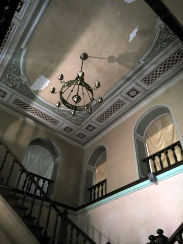 Кажуть, ці сходи інколи таємничо поскрипують, наче ними хтось іде