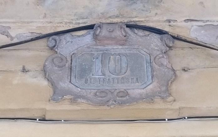 Збережений номерний знак по вул. Театинській, 10 (сучасна Максима Кривоноса)