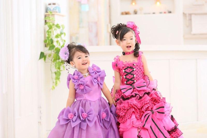 七五三・ドレスを着て二人で笑っている女の子たち