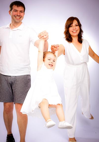 Babyfotos vom Fotograf im Fotostudio. Erinnerungen an das junge Leben im Foto festgehalten. Babyfoto nach der Geburt als ideales und individuelles Fotogeschenk für die ganze Familie, Babyshooting