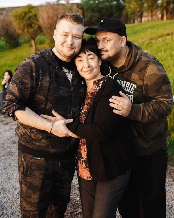 Сергей Жуков с женой, детьми, мамой и братом: ''У нас вот ...