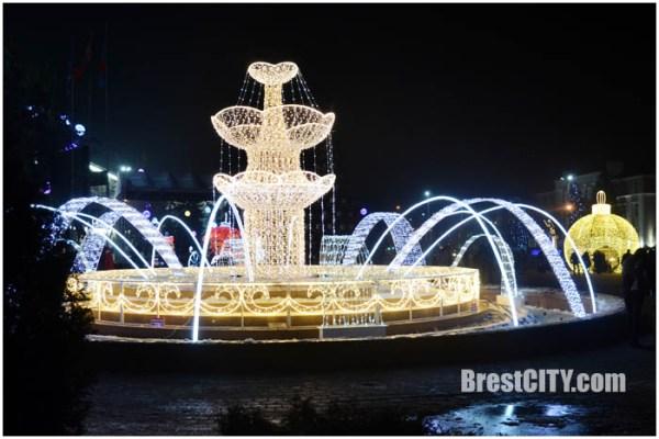 Большой новогодний фонтан сверкает на пл.Ленина (фото, видео)