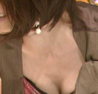 レポートに夢中で胸チラ、乳首チラしてしまった女子アナ&出演者たちのエロハプニング画像