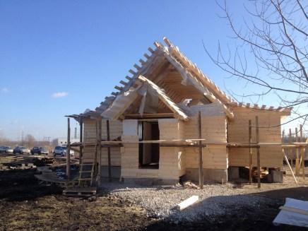 12- возводим крышу и обшиваем стены храма