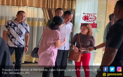 Bersantai Jelang Debat, Jokowi Ajak Keluarga Makan Siang di Jalan Sabang - JPNN.COM