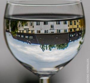 Das Gegenüber im Wasserglas
