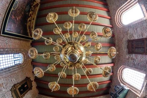 Leuchter in kleiner Kirche