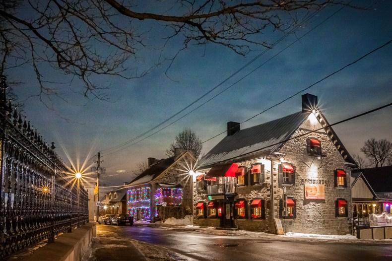 """Maison au coin d'une rue avec avec des lumières en """"étoiles""""."""