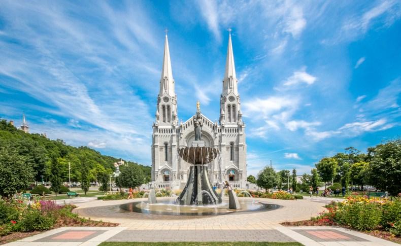 La Basilique Sainte-Anne-de-Beaupré par une belle journée d'été