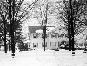 Gene-Sarazen-snow-scenes-of-house-1950