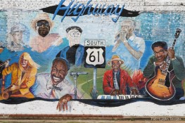 """La Highway 61, surnommée la """"Blues Highway"""" et les musiciens de blues honorés par une fresque, à Leland, Mississippi, 8 mai 2015"""