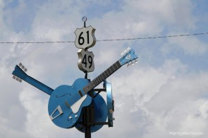 Trois guitares matérialisent le carrefour entre les deux autoroutes du blues, la 61 et la 49, à Clarksdale, Mississippi, 8 mai 2015