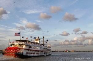 Le bateau à vapeur Natchez quitte le quai, Nouvelle-Orléans, Louisiane, 4 mai 2015