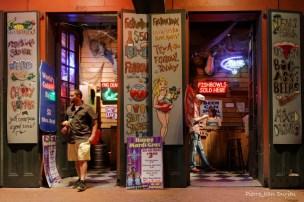 Un bar de Bourbon Street en début de soirée, Nouvelle-Orléans, Louisiane, 4 mai 2015