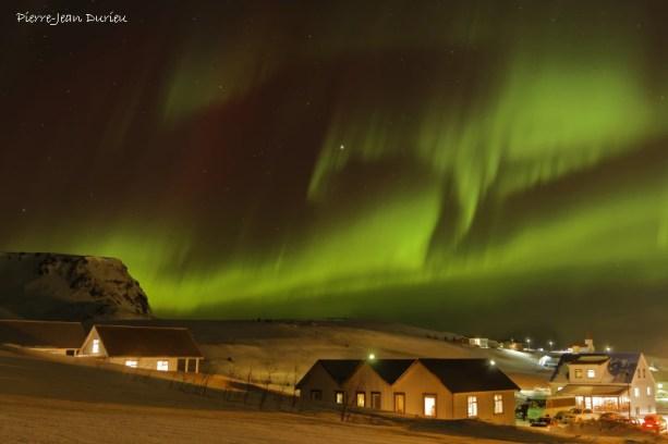 Aurore Boréale au-dessus du village de Vik, Islande