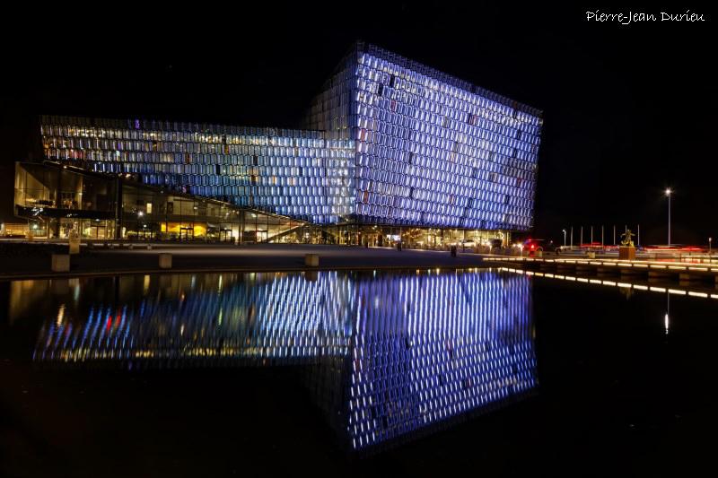 Le centre de congrès et auditorium Harpa est illuminé la nuit, Reykjavik, Islande