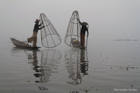 Pêcheurs dans la brume, Lac Inlé, Birmanie, Décembre 2014